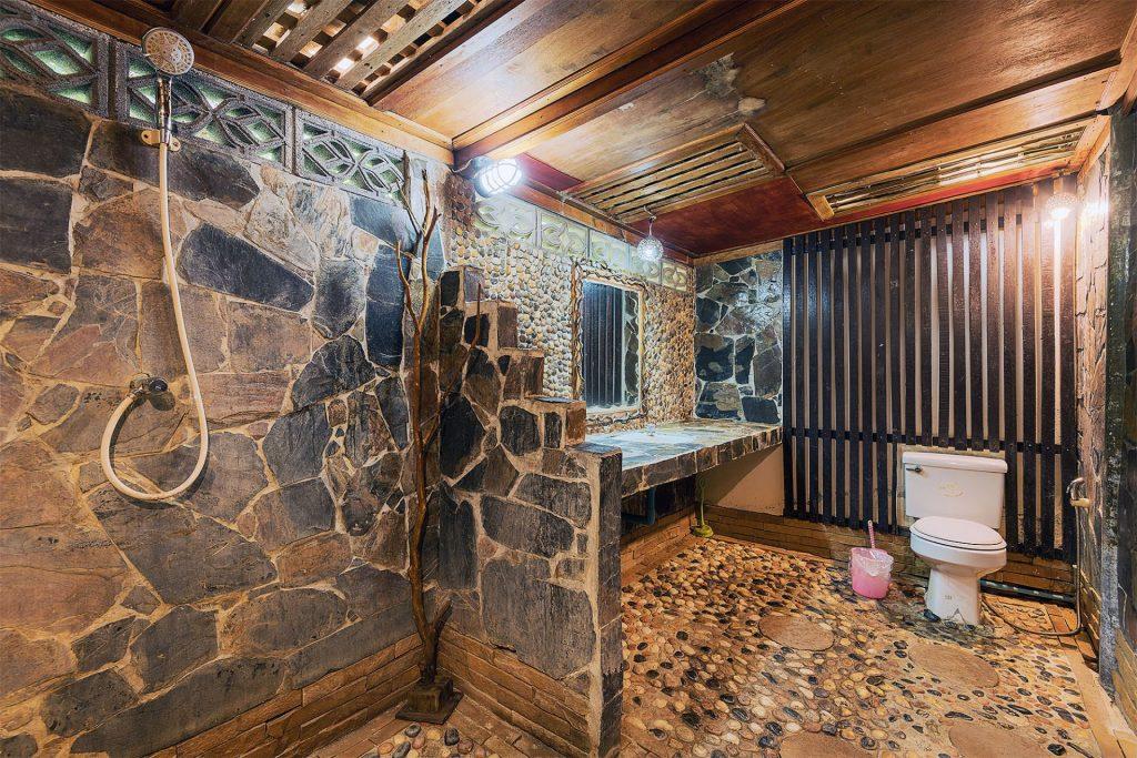 Second Row Rocks Rooms